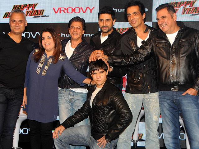 Director Farah Khan, actors Shah Rukh Khan, Abhishek Bachchan, Sonu Sood, Boman Irani, and Vivaan Shah strike a pose during a promotional event for the mobile game of Happy New Year in Mumbai on October 27, 2014. (AFP Photo)