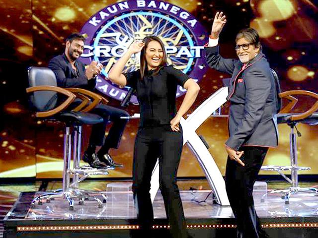 Amitabh-Bachchan-and-Sonakshi-Sinha-groove-on-the-sets-of-KBC-8
