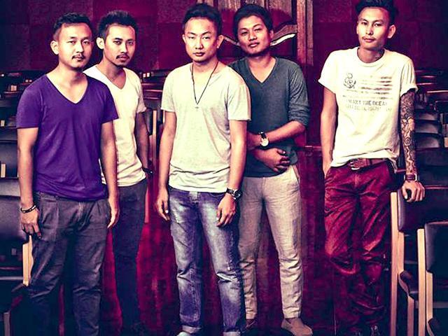 Alobo-Naga-and-the-band-Photo-courtesy-Facebook