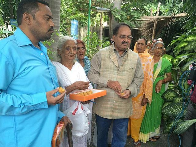 Bhopal-gas-tragedy-survivors-share-sweets-after-Warren-Anderson-s-death-in-Bhopal-on-Friday-HT-photo
