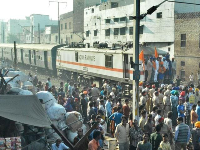 Members-of-Sikh-organisations-blocking-the-Howrah-Amritsar-express-near-Gurudwara-Dukhniwaran-Sahib-in-Ludhiana-on-Saturday-HT-Photo
