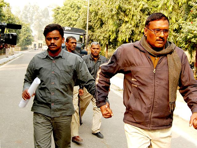 Nithari-case-convict-Surinder-Koli-being-taken-to-Ghaziabad-court-from-Dasna-District-Jail-for-his-judgement-on-punishment-in-Aarti-murder-case-HT-Photo