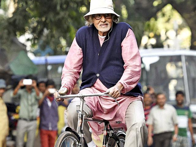 Amitabh-Bachchan-spotted-in-Kolkata-riding-a-bike-while-shooting-for-his-upcoming-movie-Piku-PTI-Photo