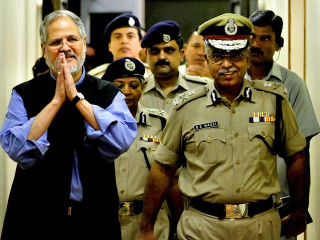L-G-Najeeb-Jung-with-Delhi-police-commissioner-BS-Bassi-Jung-has-recommended-the-dissolution-of-Delhi-assembly-paving-the-way-for-fresh-polls-Arun-Sharma-HT-file-photo