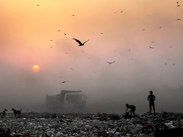 A-thick-blanket-of-smoke-is-seen-against-the-setting-sun-at-a-garbage-dump-in-New-Delhi-AP-Photo