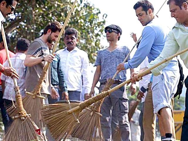 Kabir-Khan-and--Salman-Khan-on-the-sets-of-Bajrangi-Bhaijaan-in-Delhi-Courtesy-Twitter-