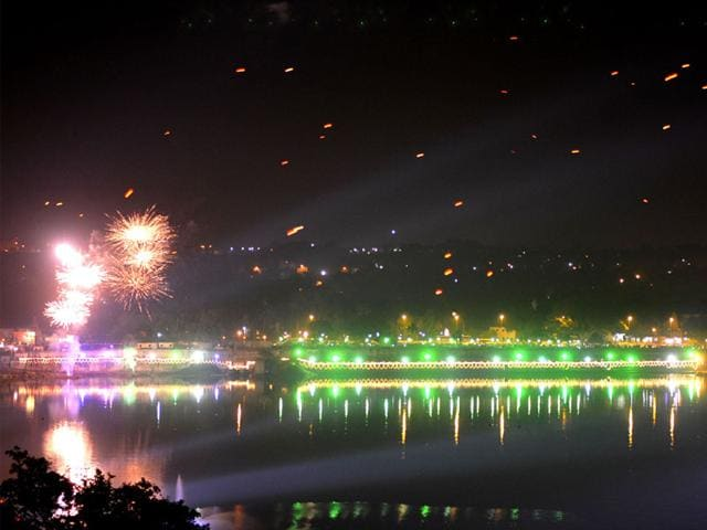 Fireworks lit up the sky in Bhopal during a programme organised to mark the conclusion of MP Foundation Day celebrations. (HT photo)