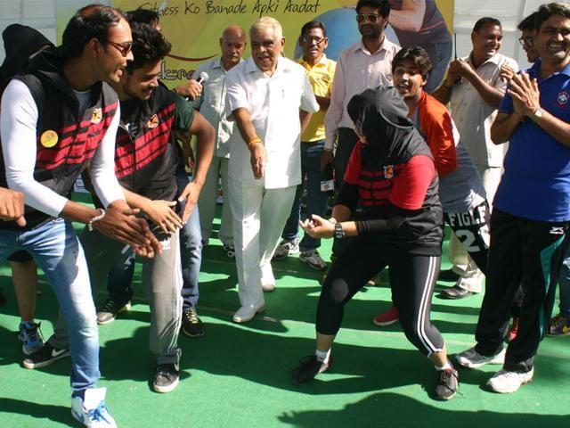 BJP veteran and MP home minister Babulal Gaur grooves to Bollywood song 'Saree ke fall sa match kiya re, kabhi chhod ditya dil, kabhi catch kiya re' in Bhopal. (Bidesh Manna/HT photo)