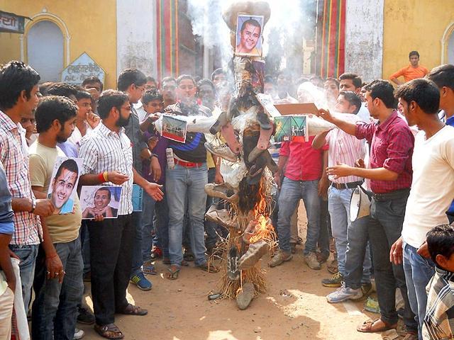 An-effigy-of-Half-Girlfriend-author-Chetan-Bhagat-being-burnt-by-locals-in-Dumraon-Buxar-Photo-courtesy-Shailendra-Sonu-Prashant-Ranjan