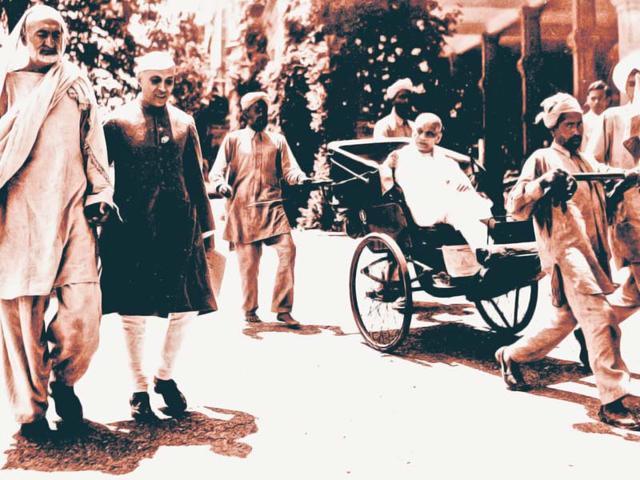 Khan-Abdul-Ghaffar-Khan-and-Jawaharlal-Nehru-walk-to-a-Congress-meeting-while-Sardar-Patel-is-pulled-alongside-in-a-rickshaw-Photo-Getty-Images