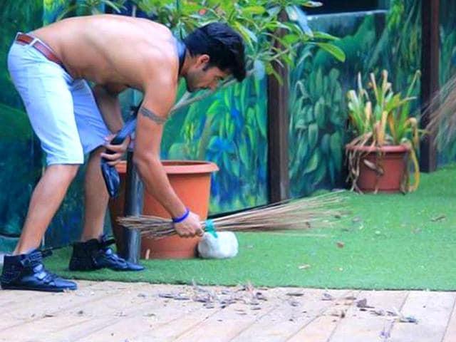 Gautam-Gulati-the-captain--sweeps-the-garden-area-in-Bigg-Boss-8-house