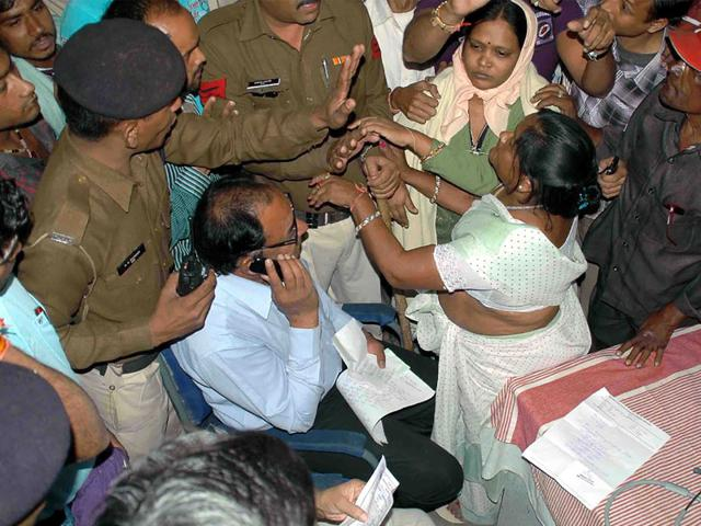 Devendra-Garg-s-family-members-and-local-residents-create-ruckus-at-Ujjain-s-district-hospital-on-Sunday-Sunil-Magariya-HT-photo