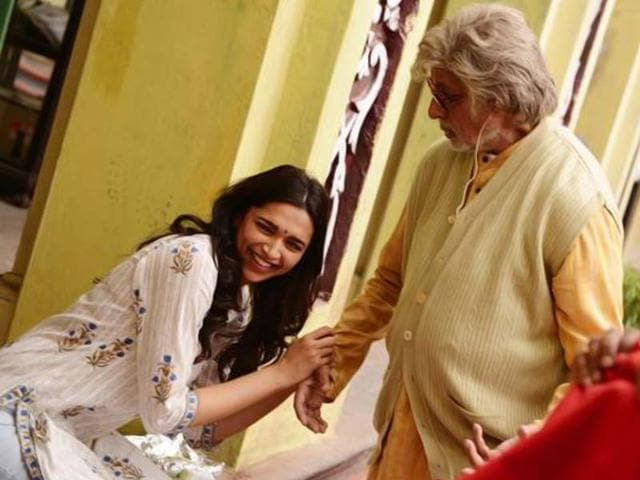 Deepika-Padukone-seems-too-happy-to-be-with-Amitabh-Bachchan-on-the-sets-of-Piku