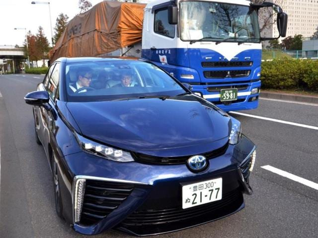 This-picture-taken-on-November-17-2014-shows-Japanese-auto-giant-Toyota-Motor-s-fuel-cell-vehicle-Mirai-L-meaning-future-cruising-in-Tokyo-Photo-AFP