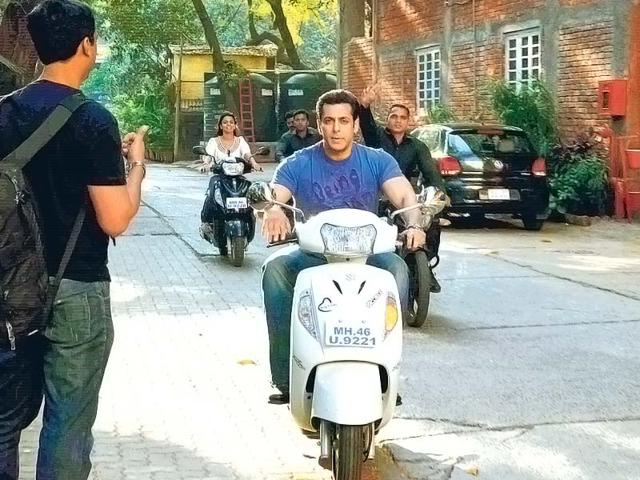 Salman-Khan-rode-back-home-from-a-Bandra-studio-in-broad-daylight-though-his-bodyguards-were-tailing-him