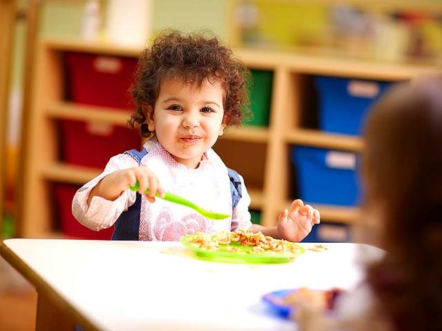 Children-eat-their-vegetables-and-whole-grains-in-quieter-surroundings-Photo-Shutterstock