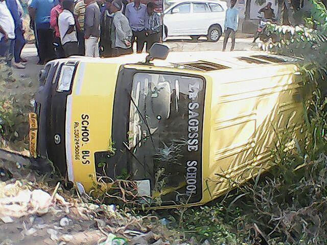 5 schoolchildren injured as drunk driver rams bus into railing