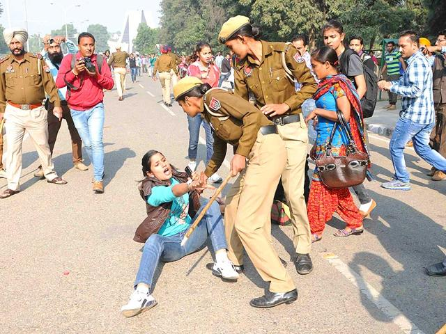 Unemployed linemen lathi-charged