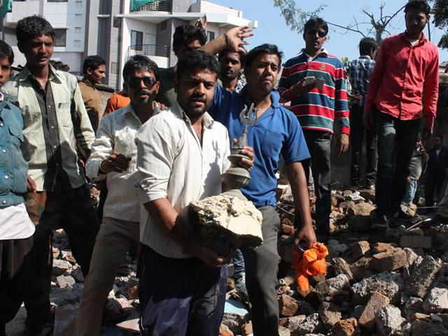 Members-of-the-Hindu-organisation-at-Ring-Road-in-Indore-where-the-religious-structure-was-demolished-on-Tuesday-Arun-Mondhe-HT-photo