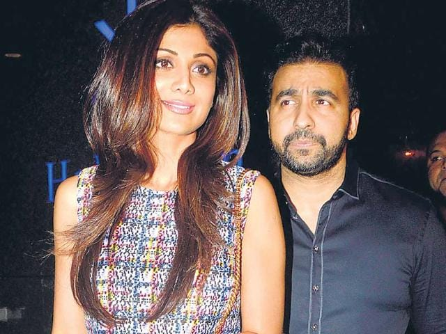 Siblings-Shamita-and-Shilpa-Shetty-posed-for-pictures-outside-a--Mumbai-nightclub-HT-photo-