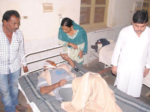 Congress-leader-Yasmin-Sherani-inquires-about-the-health-of-injured-Congress-leader-Nasir-Qureshi-at-Ratlam-district-hospital-DK-Sharma-HT-photo
