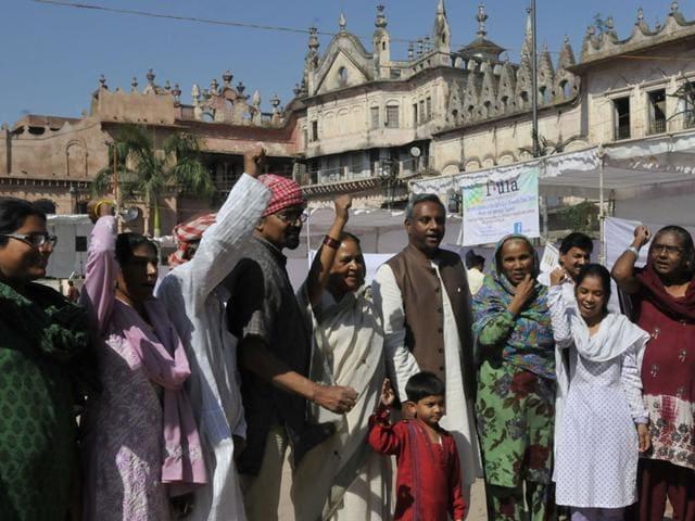 Amnesty-International-s-secretary-general-Salil-Shetty-centre-with-victims-of-Bhopal-gas-tragedy-Mujeeb-Faruqui-HT-photo