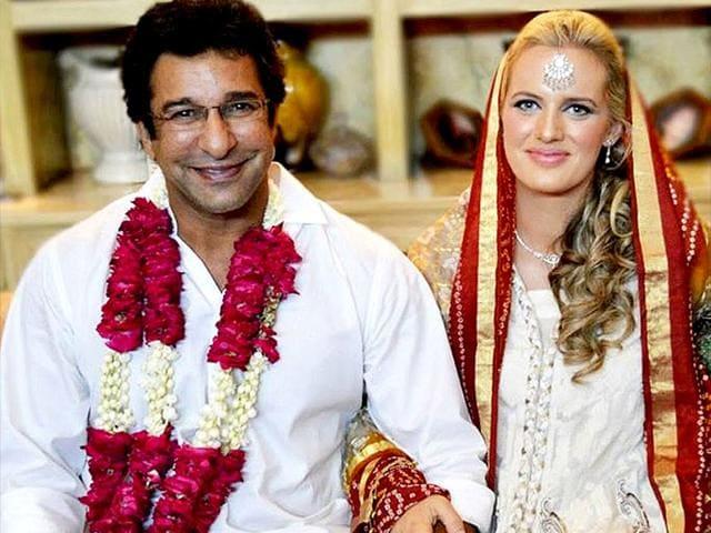 Wasim-Akram-with-wife-Shaniera-Thompson