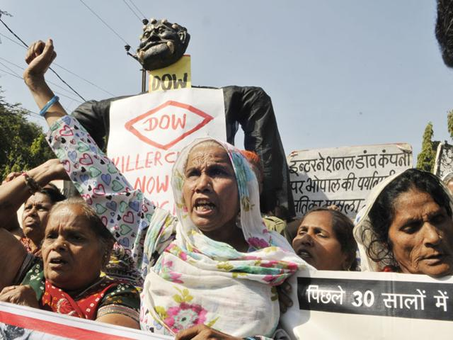 Bhopal-Gas-Peedit-Nirashrit-pensioners-stage-a-demonstration-before-burning-the-effigy-of-Dow-Chemical-on-the-eve-of-the-30th-anniversary-of-Bhopal-gas-tragedy-Praveen-Bajpai-HT-photo