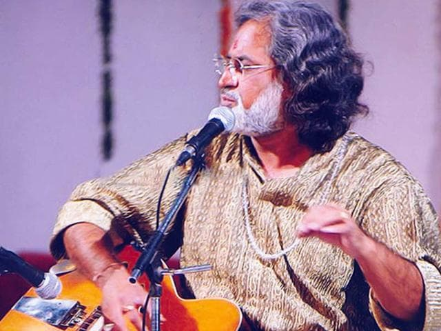 Outstanding-features-of-Bhatt-s-baaj-style-are-his-natural-ability-to-play-the-Tantrakari-Ang-and-incorporate-the-Gayaki-Ang-on-Mohan-Veena-Photo-Official-website