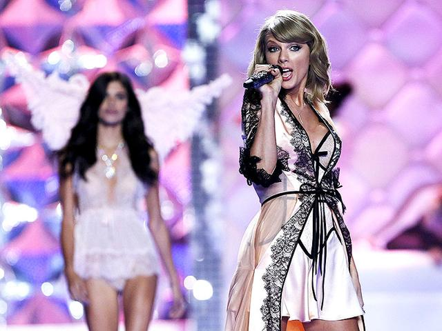 Singer-Taylor-Swift-poses-after-the-2014-Victoria-s-Secret-Fashion-Show-in-London-Reuters