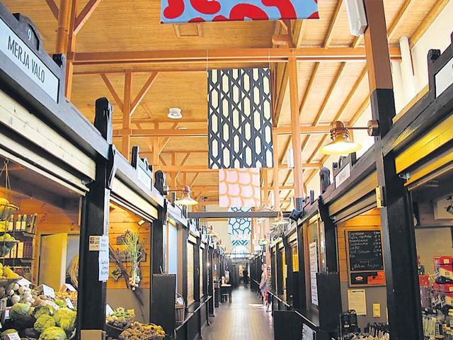 An-indoor-food-market-hall-in-Helsinki