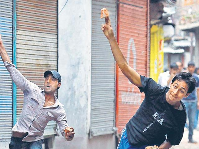Friday unrest, stone-pelting continue in Kashmir, scores injured