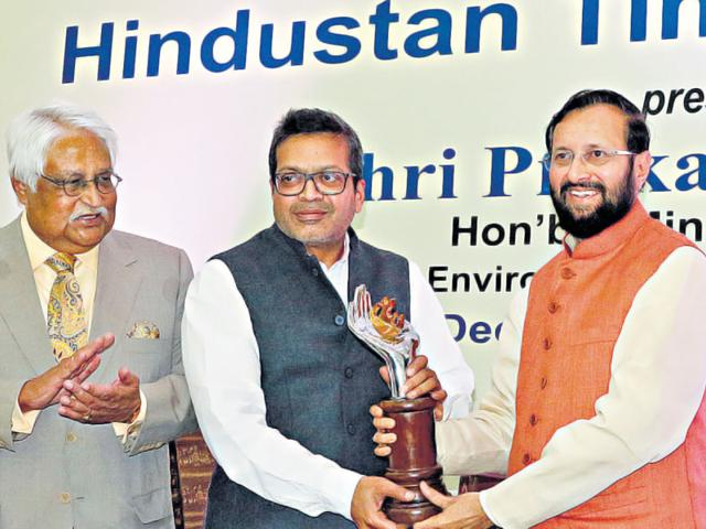 Editor-in-Chief-Sanjoy-Narayan-centre-being-felicitated-by-Prakash-Javadekar-minister-of-state-independent-charge-for-environment-forests-and-climate-change-right-and-Philip-Mathew-Fellow-International-Press-Institute-Raj-K-Raj-HT-Photo