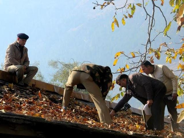 Police-searching-the-Raghunath-temple-premises-Aqil-khan-HT