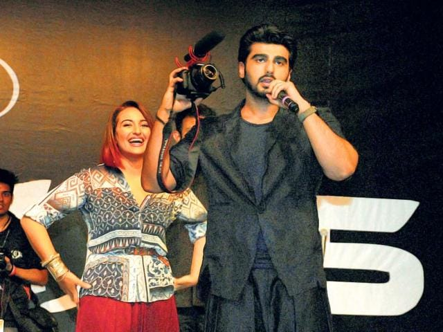 Sonakshi-Sinha-flaunts-her-moves-as-Arjun-cheers-her-on-at-a-promotional-event-for-Tevar-Photos-Prodip-Guha