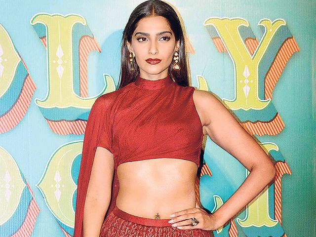 Sonam-Kapoor-strikes-a-haute-pose-at-Farah-s-big-bash-HT-photo
