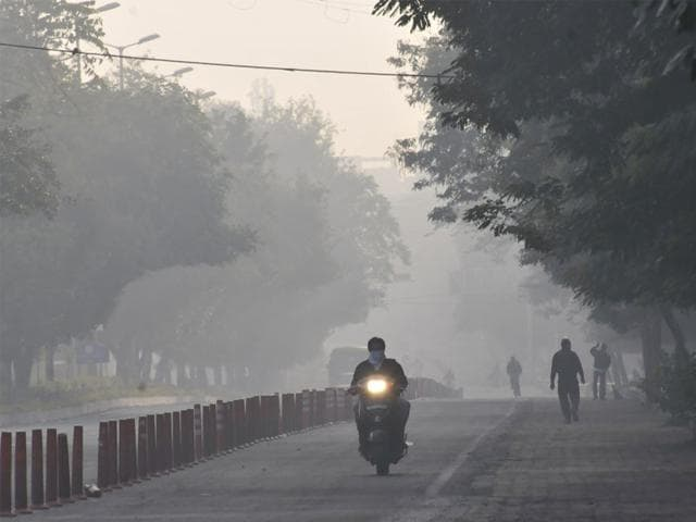 Thick-fog-covers-Link-Road-in-Bhopal-on-Wednesday-morning--The-maximum-and-minimum-temperatures-dipped-to-the-lowest-in-the-decade-in-MP-on-Wednesday-Mujeeb-Faruqui-HT-photo