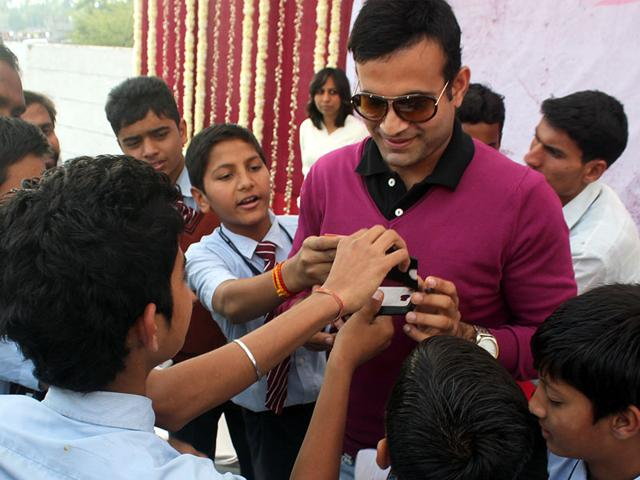 Cricketer-Irfan-Pathan-signs-autographs-while-participating-in-a-function-in-Indore-on-Saturday-Shankar-Mourya-HT-photo