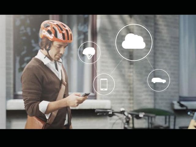 The-helmet-communicates-with-connected-cars-via-the-cloud-Photo-AFP