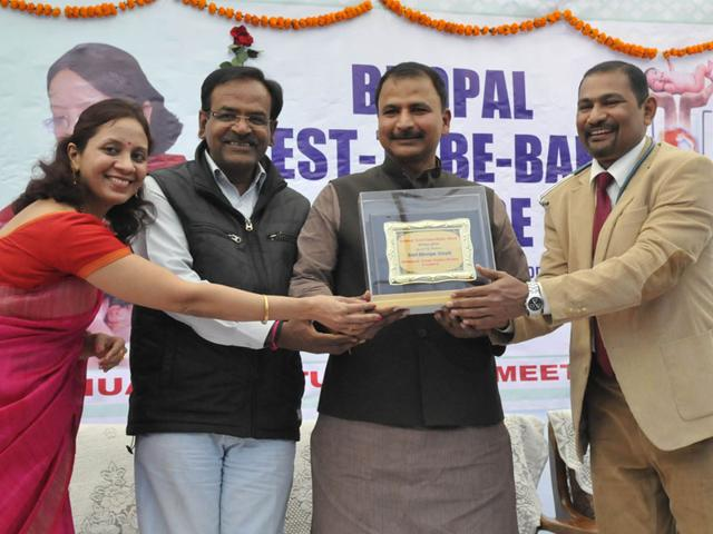 BJP-MP-from-Bhopal-Alok-Sanjar-second-from-left-being-welcomed-at-Bhopal-Test-Tube-Baby-Centre-on-Sunday-Mujeeb-Faruqui-HT-photo