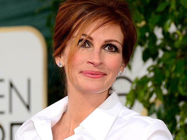 Julia-Roberts-Also-at-the-Golden-Globes-in-Beverly-Hills-the-actress-lit-up-the-red-carpet-in-a-make-up-look-that-emphasized-her-legendary-smile-dramatic-smoky-eyes-and-subtly-lined-lips-Perfect-as-usual