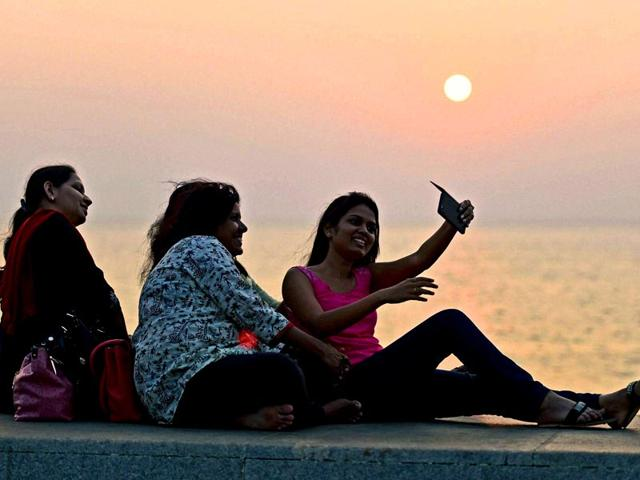 Youngsters-click-a-selfie-at-Marine-Drive-on-New-Year-s-eve-in-Mumbai-PTI-photo