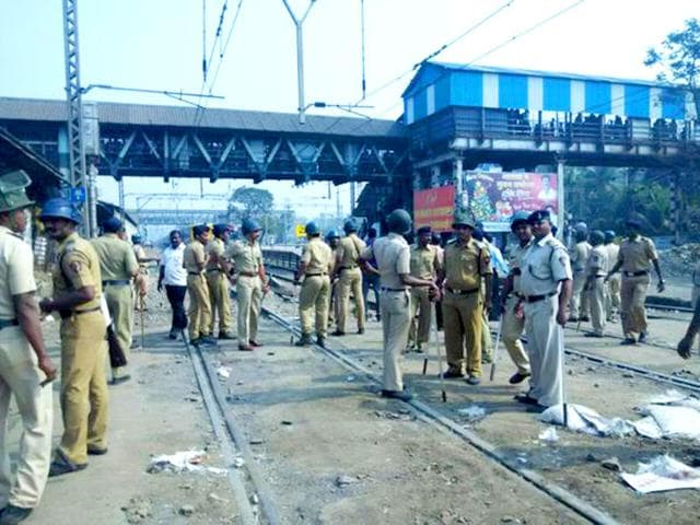 Police-clear-tracks-in-an-attempt-to-re-start-train-services-from-Diva-station-in-Mumbai-Kailash-Korde-HT-Photo