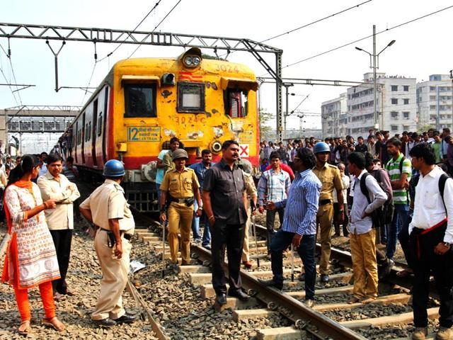 Police-clash-with-passengers-blocking-railway-lines-at-Diva-Station-in-Mumbai-Praful-Gangurde-HT-photo