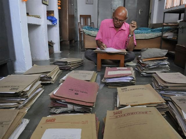 Subhash-Chandra-Dubey-with-his-files-of-correspondence-related-to-reclaiming-the-plot-of-land-allotted-to-his-late-freedom-fighter-father-Ramlal-Dubey-Mujeeb-Faruqui-HT-file-photo