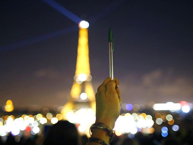 Eiffel Tower Goes Dark In Tribute To Charlie Hebdo Attack Victims