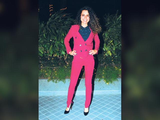 Kangana-Ranaut-caught-in-a-happy-mood-as-she-smiles-for-the-shutterbugs-Photos-Yogen-Shah-Viral-Bhayani