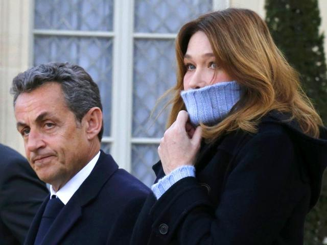 Former French President Nicolas Sarkozy (L), head of the French conservative party UMP party, and his wife Carla Bruni-Sarkozy (R) arrive at the Elysee Palace before attending a solidarity march (Marche Republicaine) in the streets of Paris. (AFP photo)