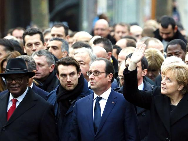 "German Chancellor Angela Merkel (R) waves while taking part with French President Francois Hollande (2ndR) and Malian President Ibrahim Boubacar Keita (L) in a Unity rally ""Marche Republicaine"" in Paris. (AFP photo)"