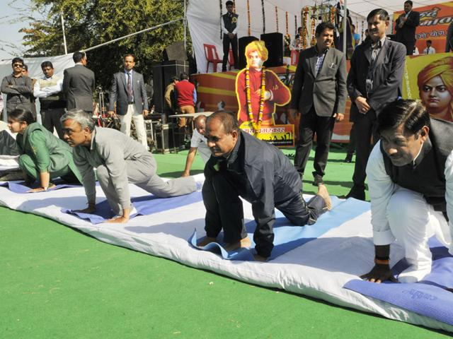 Chief minister Shivraj SIngh Chouhan performing Surya Namaskar along with MLA Rameshwar Sharma in Bhopal, on Monday. (Praveen Bajpai/HT photo)
